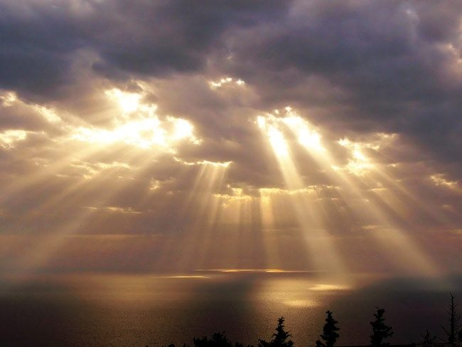 Real-life photograph of crepuscular rays